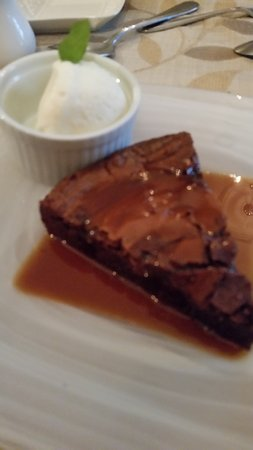 Wolfville, Canadá: chocolate intensity brownie with caramel sauce and ice cream/fresh mint