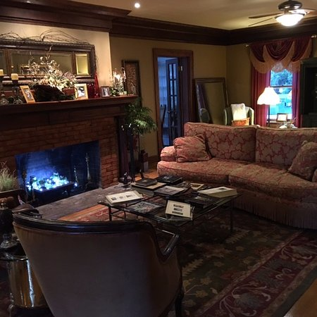 Excelsior Springs, MO: living room with history of home/pictures