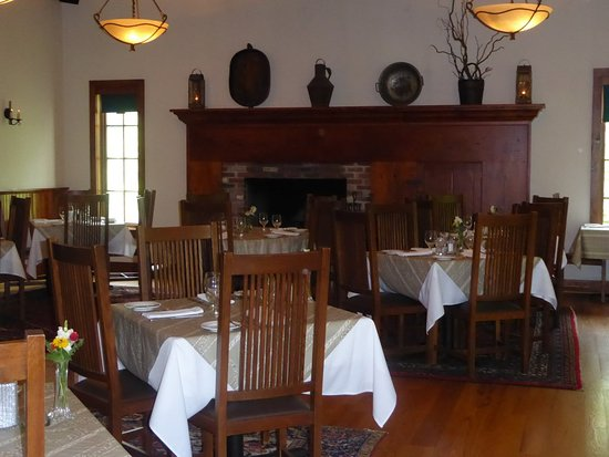 Auburn, NY: The main dining room is very tastefully appointed.