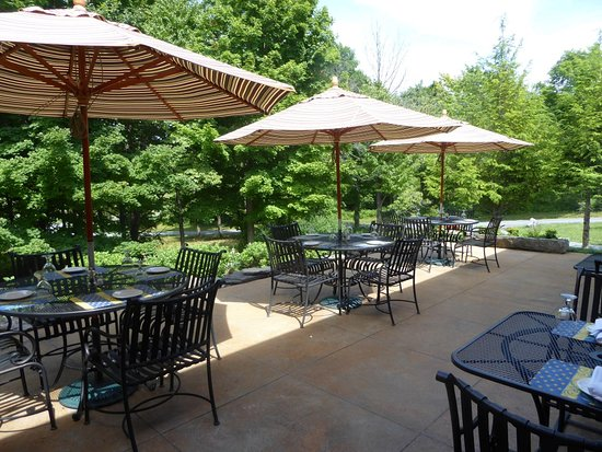 Auburn, NY: The restaurant is seasonal, and has a dining patio that is very welcoming.