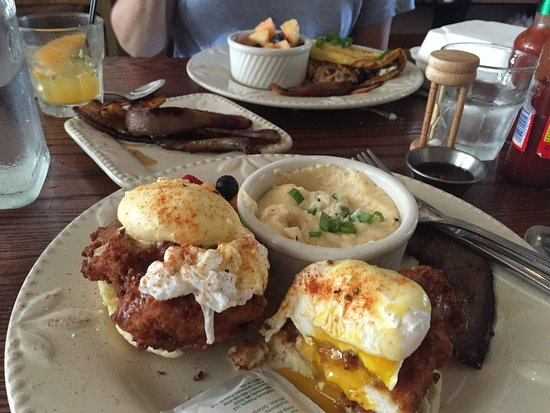 Hillsborough, Βόρεια Καρολίνα: LaPlace Louisiana Cookery brunch; Fried Chicken Benedict