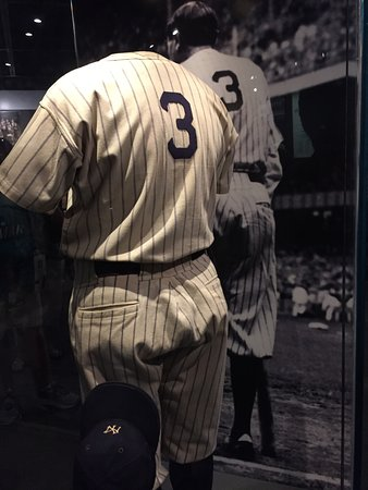 Cooperstown, estado de Nueva York: Cool display with Babe Ruth's actual uniform posed exactly like the photo of him in the backgrou