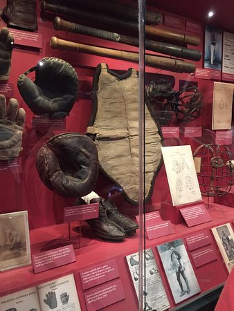 Cooperstown, estado de Nueva York: Early catcher's equipment and bats