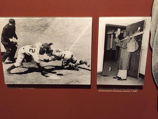 Cooperstown, estado de Nueva York: One of the photo displays of the great Jackie Robinson