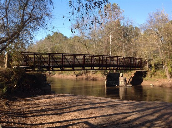 Woodstock, جورجيا: Take the foot bridge across the river for a closer look at the ruins.