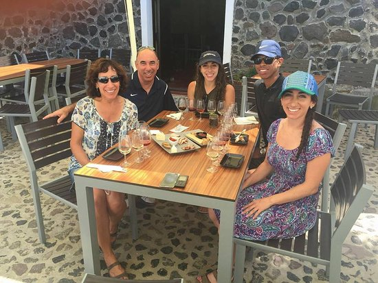 Karterádhos, Grekland: Enjoying food and drink at Venetsanos Winery