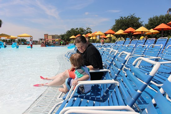 Hawaiian Falls The Colony: Lounge chairs near the wave pool.