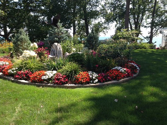 Kingsville, Canadá: The view of the back year, backing onto Lake Erie. Beautiful gardens.