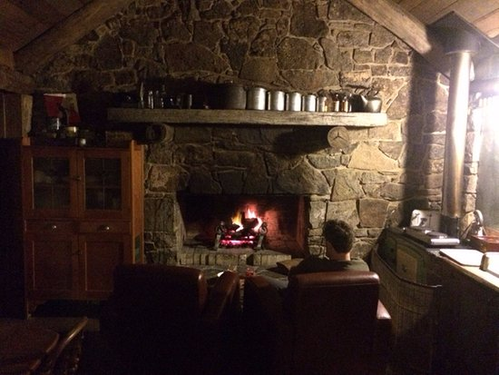 Jindabyne, Australia: Relaxing by the fire at night