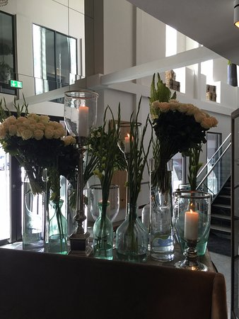 Nimb Hotel: Flowers at hotel entrance