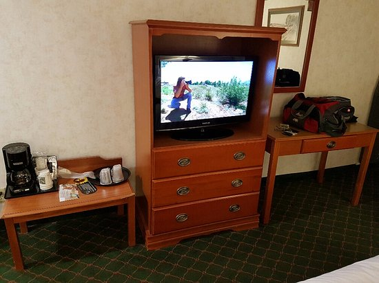Quality Inn & Suites Indianapolis West - Brownsburg : outdated furniture with no fridge or microwave