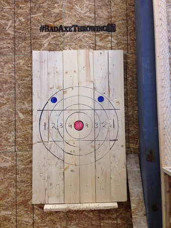 Surrey, Kanada: One of a number of target boards we threw our axes at!