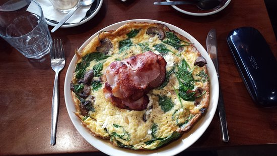 Mount Claremont, Australië: Field Mushroom and Sage Omelette (w/ Side of Bacon)