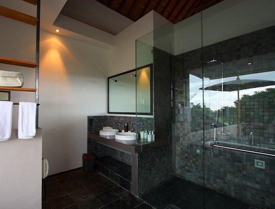 Tegal Sari: Bathroom of Villa Sesapi upstairs