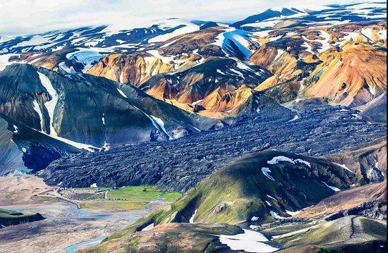 Hvolsvollur, Ισλανδία: Look for the camp site bottom left, massive mountains!!
