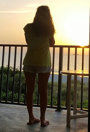 Cape Winds Resort: Watching sunrise on our balcony