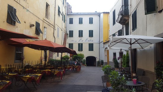 Hotel La Luna: The lovely courtyard in front of the hotel off of Via Fillungo.