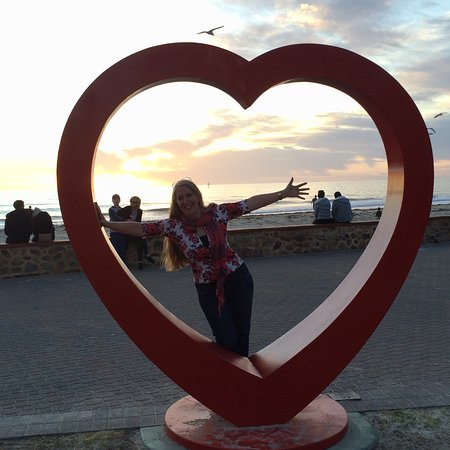 Гленелг, Австралия: The heart sculpture on the beach is a lovely frame for special photos.