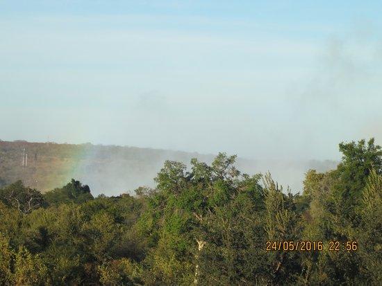 إيلالا لودج هوتل: view from breakfast dining area of spray from Falls