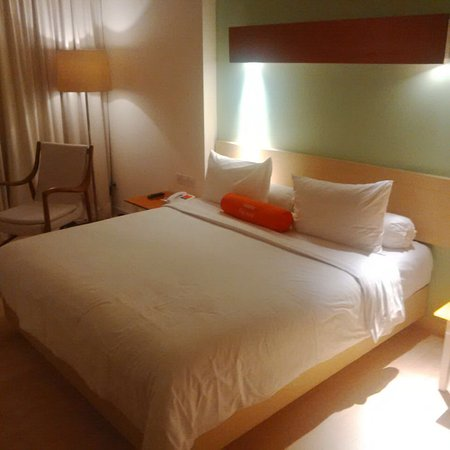 HARRIS Hotel & Conventions Kelapa Gading Jakarta: Spacious room and comfortable ambient