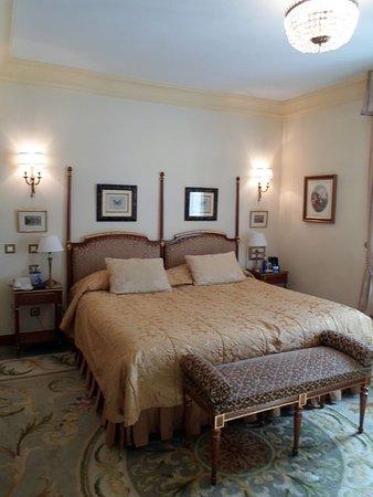 Hotel Ritz, Madrid: comfortable bed, sumptuous furnishings
