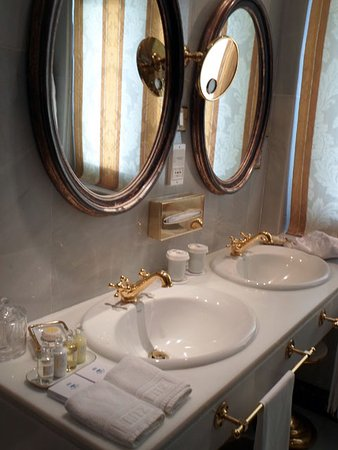 Hotel Ritz, Madrid: roomy bathroom
