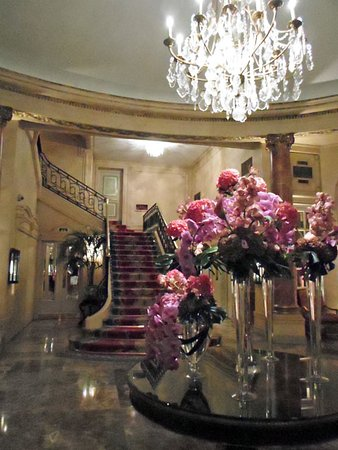 Hotel Ritz, Madrid: gorgeous flower arrangements in the lobby