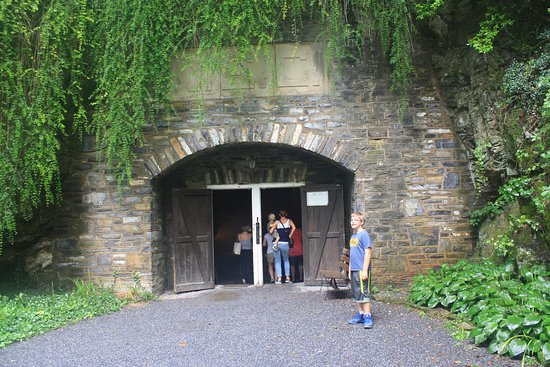 Hummelstown, Pensilvania: Entrance to cavern at bottom of 71 steps.