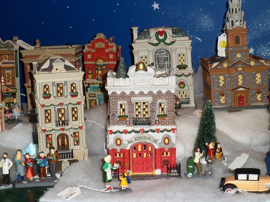 Santa Claus Christmas Store: Plenty of Christmas village set ups