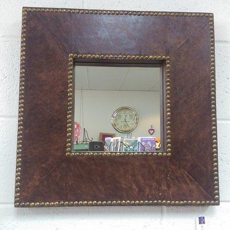 McLaren Vale, Australie : Leather studded square mirror
