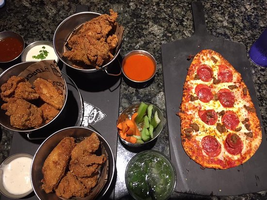 Allen, Teksas: Peperoni pizza and spicy crunchy chicken wings