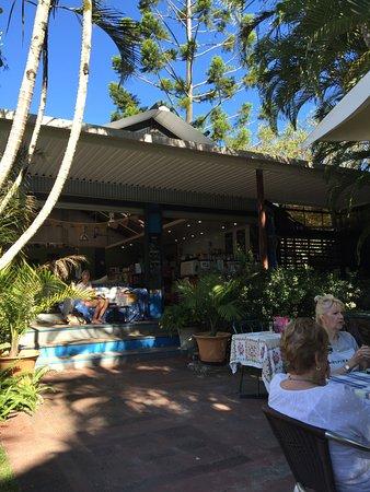 Doonan, Australien: Looking from garden into the main restaurant