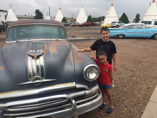 Wigwam Motel: Cool old cars parked at each room add to the feel.