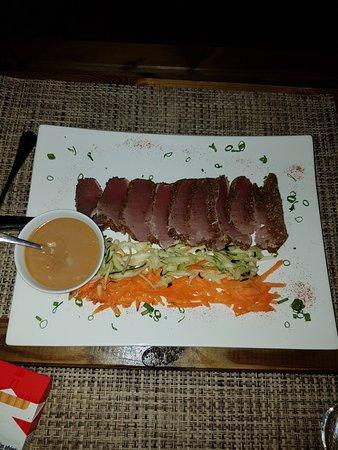 Haapiti, Французская Полинезия: Thon mi cuit avec sa sauce au poivre