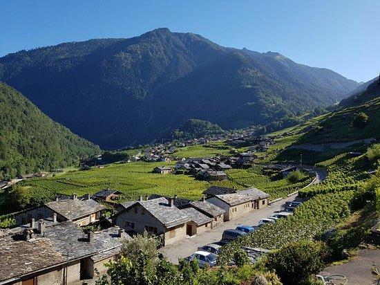 Martigny-Croix, Sveits: Depuis la terrasse du restaurant vue sur le vignoble et les toits en ardoise des petits chalets,