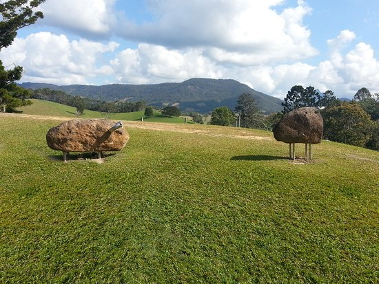 Murwillumbah, Australie : John Petrie sculpture, granite boulders and stainless steel