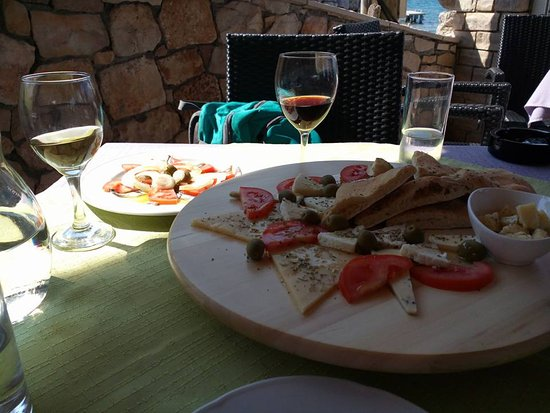 Lumbarda, โครเอเชีย: Olives, anchovies, tomatoes, homemade bread, Grk (white wine) and fabulous red prošek