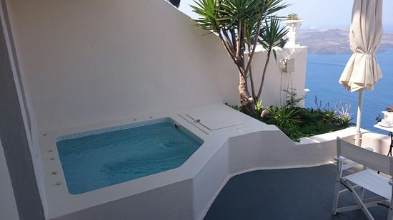 Enigma Apartments & Suites: Spa was perfect for a dip.