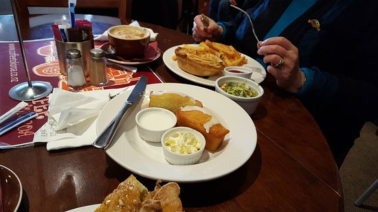 Tokoroa, Nueva Zelanda: Mince and Cheese Pie with Fries, and Lemon Friand with Yoghurt