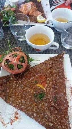 Le Recif Creperie : Galette au saumon au fond de la photo, et cidre.