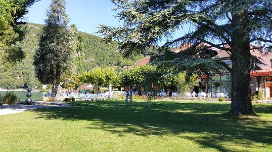 Auberge Du Pere Bise: Le jardin et la terrasse sur le lac