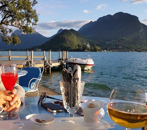 Auberge Du Pere Bise: La terrasse au bord du lac