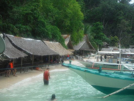 Atwayan Beach: Small white sand beach with picnic huts for each group.