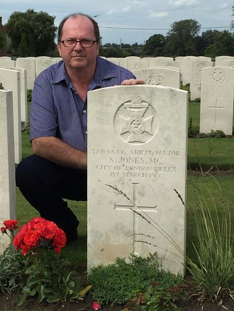 Зоннебеке, Бельгия: The grave of my Great Uncle Sydney Jones MC. He was an English Warrant Officer.