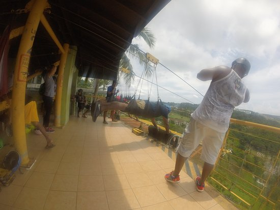 Zipline Boracay : Line on the right is closer is faster