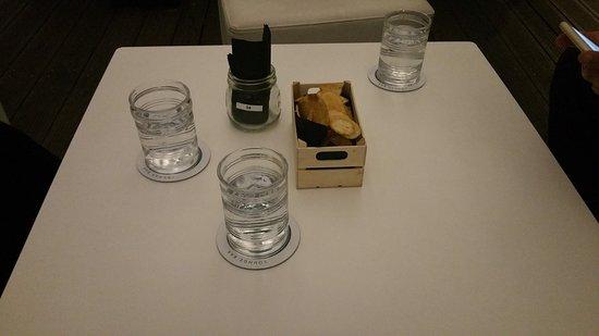 Divani E Pouf.Tavolino Con Divani E Pouf Lounge Bar Acqua E Patate Al Tartufo