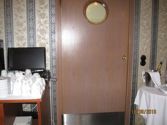 swinging kitchen door - Picture of Hotel & Restaurant Villa ...