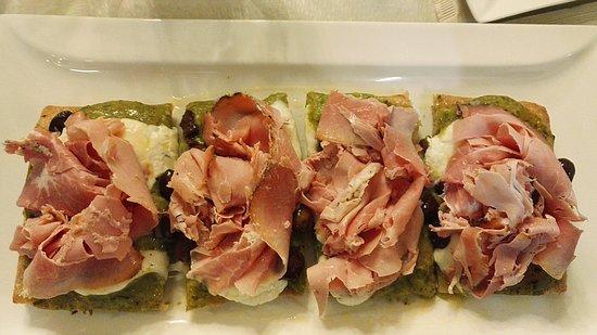 Pizzeria Capri : Pizza antica con Cotto di culatello, burrata, olive taggiasche e crema di zucchine