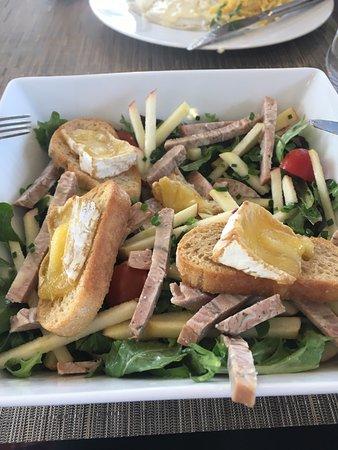 Houlgate, ฝรั่งเศส: Salade Normande, que j'avais déjà attaquée ;)