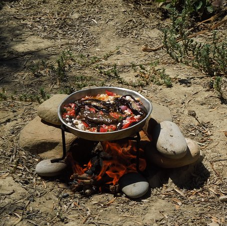 Daratsos, Griekenland: Imam bayildi cooked over an open fire. Cretan style. Period cooking course: From Pythagorean die